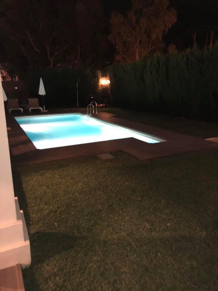 ホテルはプールもあります