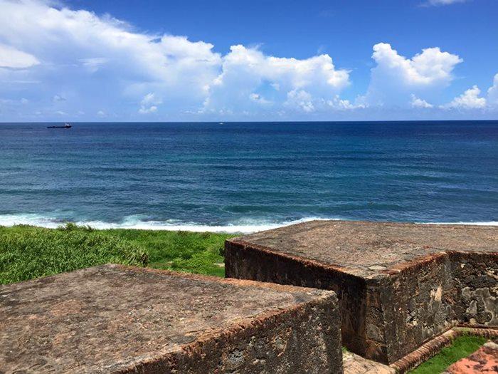 城壁から見えるカリブ海